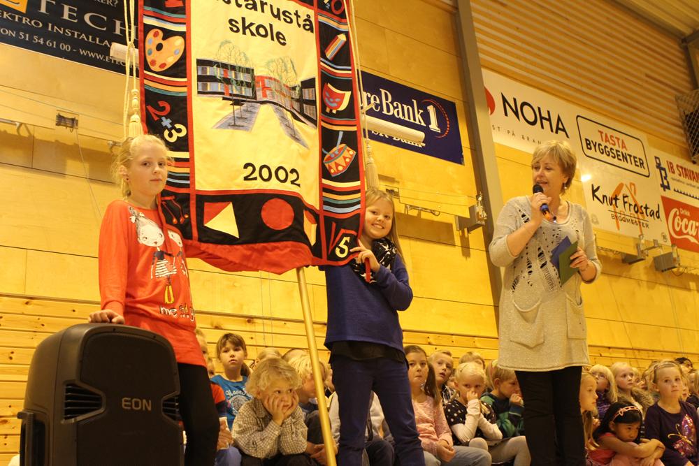 Annette (t.v.) og Tuva ved Tastarustå skole