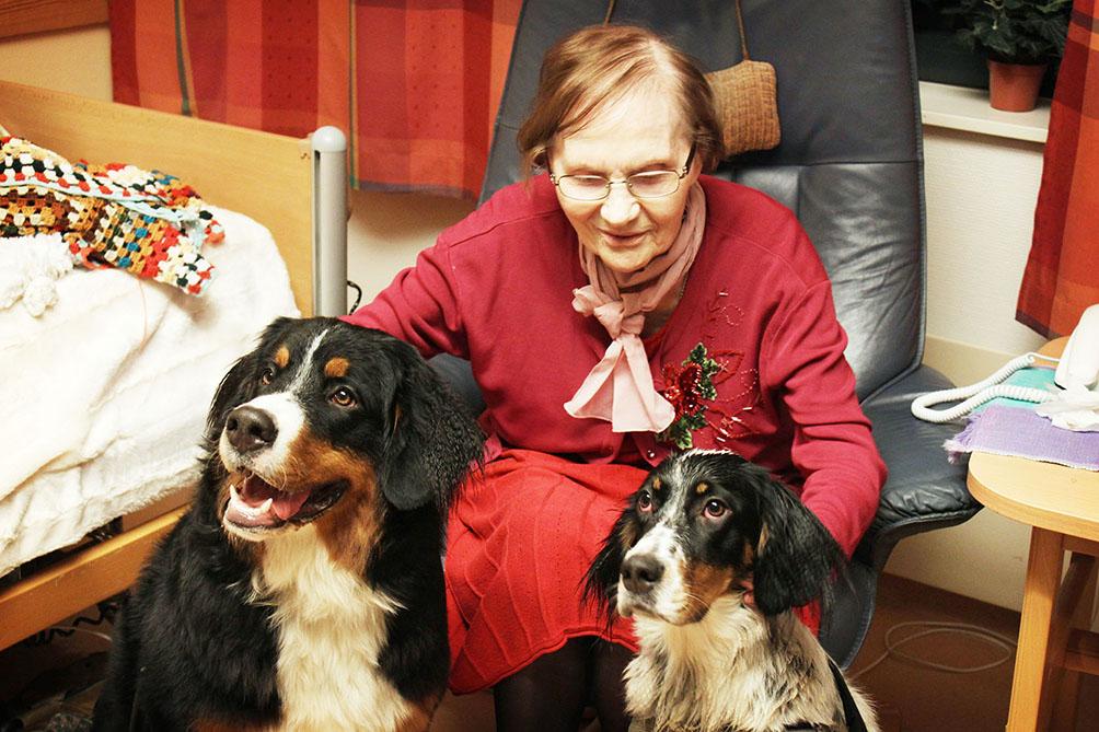 Marie Steinkoph Nikolaysen (94) avslutter bursdagen sin med besøkshunder.