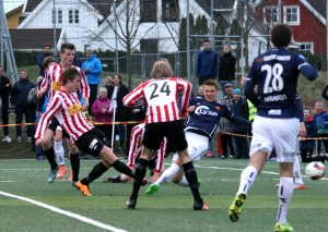 Mikal Hebnes Olsen fyrer løs og reduserer til 1-4. FOTO: PER THIME