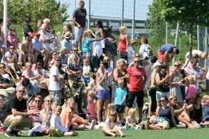 Mange hadde tatt turen til kunstgressbanen på Vardeneset. FOTO: PER THIME
