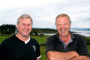 Både Dag Kristian Rosnes  (t.v) og Arne Geir Steinsland trives på Austre Åmøy. De guidet Tastavis rundt den flotte øya – med bruforbindelse og utsikt til flere kommuner.
