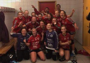 Fornøyde jenter etter kampen. Vaktmester Rudolf Hansen jr deler ut pokal etter kamp, men bare når det blir seier. FOTO: Vaktmesteren