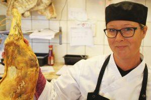 . Bente Jørgensen med en fenabog. Det, pinnekjøtt, ribbe og mye annet godt selges det i forbindelse med jul. FOTO: PER THIME