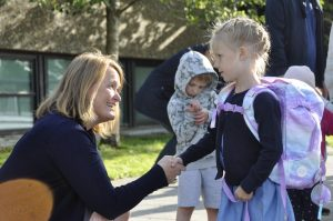 Rektor Kirsti Birkevold tok imot spente 1.-klassinger på Vardenes skole.