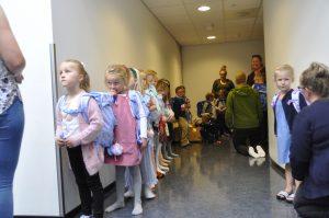 Spente elever står og venter på å innta klasserommet sitt.